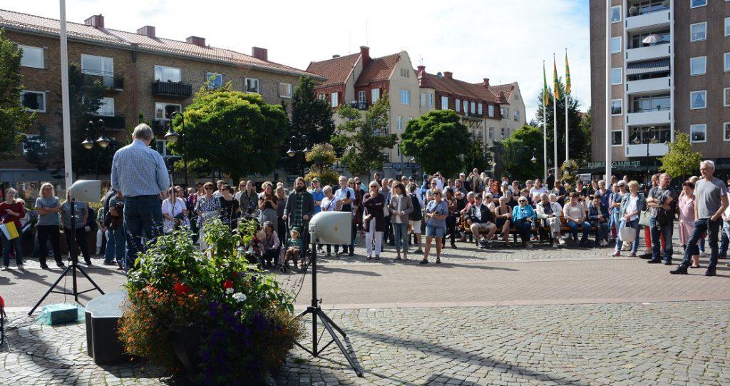Manifestationen för en annan vård lockade cirka 200 personer till Stortorget i Hässleholm. Foto: Berit Önell