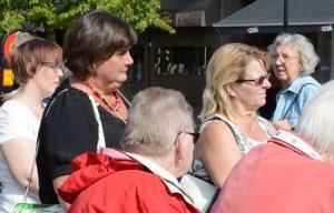 Vård- och omsorgspolitikerna Iréne Nilsson S) och Solbritt Lindborg MP) fanns bland åhörarna på torget.