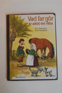Kanske kan HC Andersens barnbok Vad far gör är alltid det rätta även läsas som politisk satir. Det går inte att lita på att makthavare alltid gör det rätta.