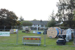 På upplaget vid Bullerbyns förskola ligger fibermaterialet direkt på marken.
