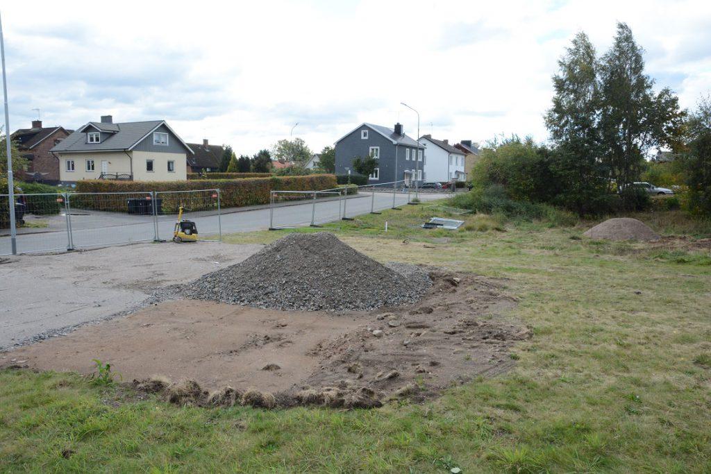 Det översta jordlagret har grävts bort och bergkross lagts på till ett bärlager för bodar med mera. Det ska bli tillfälligt fiberupplag på den förorenade fastigheten där tekniska förvaltningen vill bygga ett stort äldreboende. Foto: Berit Önell
