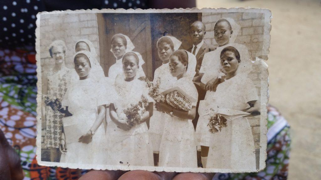 Ester Aronsson arbetade som barnmorska och lärare i Kongo, här tillsammans med några av sina elever.