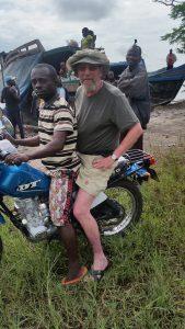 Hasse Bengtsson gav sig iväg på sitt livs äventyr för att följa sin mosters spår i Kongo. Många gånger var motorcykel och flodbåt enda sätten att ta sig fram.