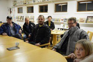 Många Vinslövsbor var frustrerade över att fiberutbyggnaden dröjer. I mitten Markus Ridderstedt från Fibertjänst och bakom honom kollegan Kristoffer Bresch. Foto: Berit Önell