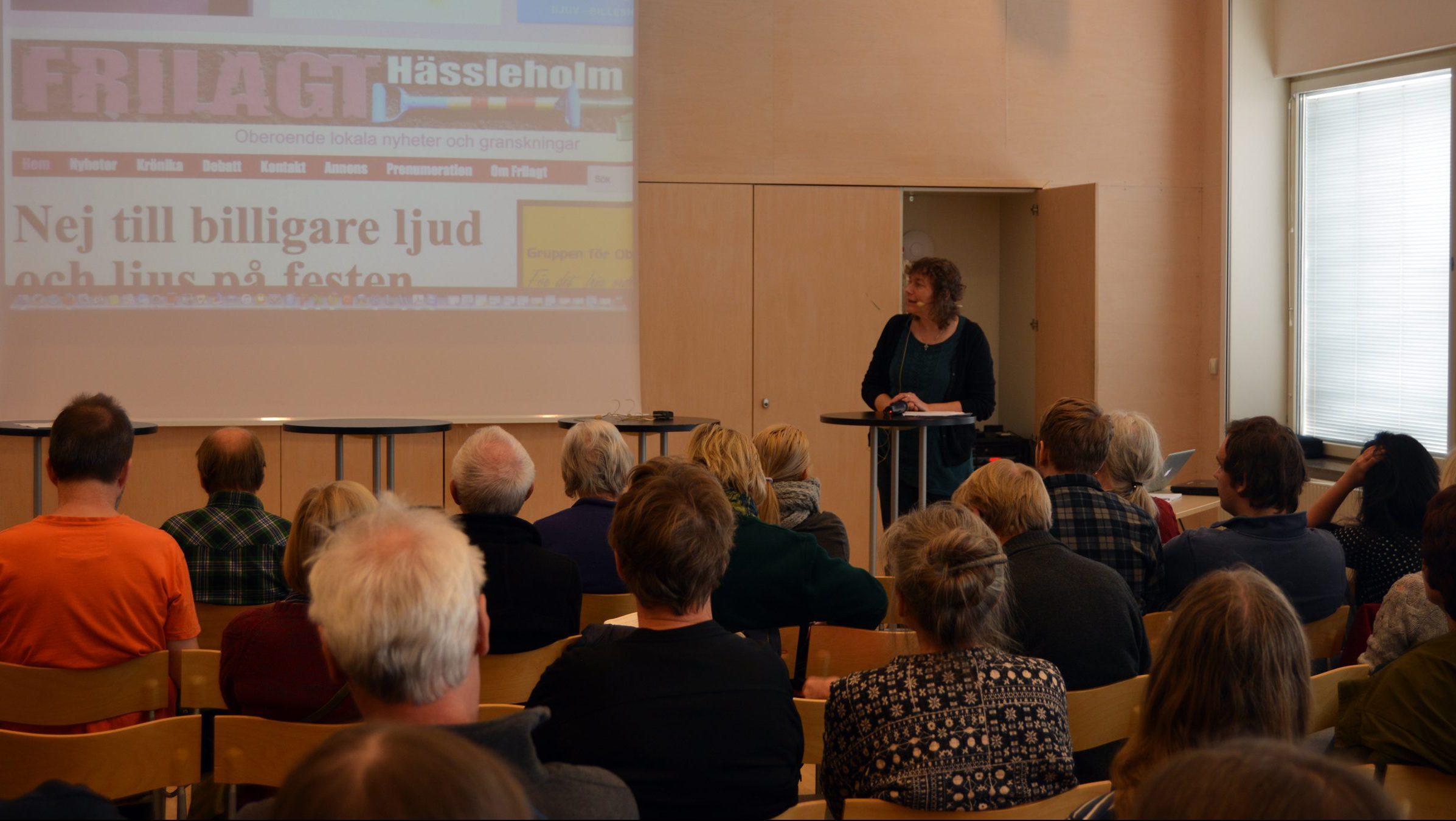 1.Mycket folk hade kommit till Vita salongen för att lyssna på när Berit Önell och hennes gäster diskuterade medborgarjournalistik på lördagen.