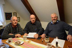 Paviljongvännerna Evert Storm, till vänster, Leif Henningsson och Ronny Larsson med flera har bjudit in de lokala partiernas företrädare till samtal på Café Verum. Foto: Berit Önell