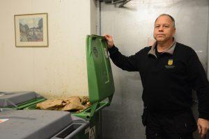 Bengt Johansson, verksamhetsvaktmästare på Kaptensgården och Bokebergsgården är bekymrad. De komposterbara soporna här har dock kunnat köras till Ekegården där soptömningen fungerat.