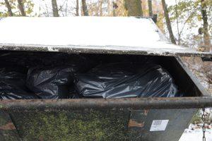 Containern bakom Bokebergsgårdens kök var också proppfull på torsdagen.