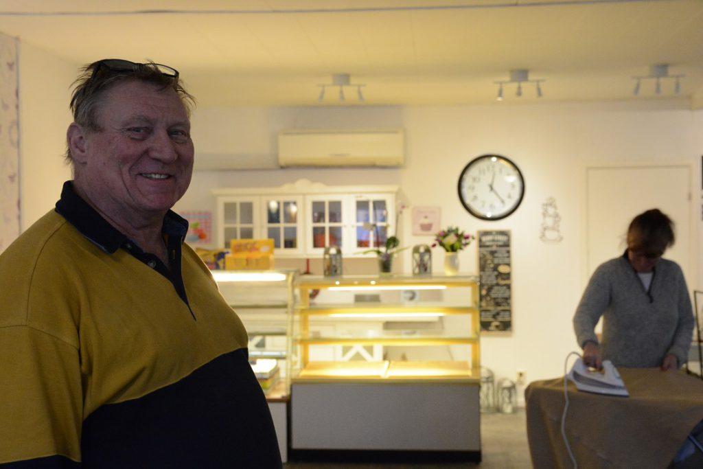 Christer Jönsson och Åsa Sjökvist arbetade på fredagen med de sista förberedelserna inför invigningen av Hörja Café och Loppishallen i Hörja. Foto: Berit Önell