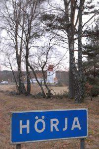 21 hushåll i Hörja tar strid mot kommunens fiberorganisation. Överenskommelsen med kommunen om att betala 19 000 i inkopplingsavgift, gäller inte längre, anser de.