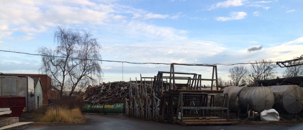 Stora högar med blandat metallskrot och annat ligger under bar himmel på Malmö Metalltekniks fastighet, före detta Eftec på Läreda industriområde.