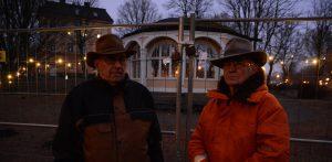 Staketet kring paviljongen är nu stängt för paviljongaktivisterna, Leif Henningsson, till vänster, och Evert Storm. Foto: Berit Önell
