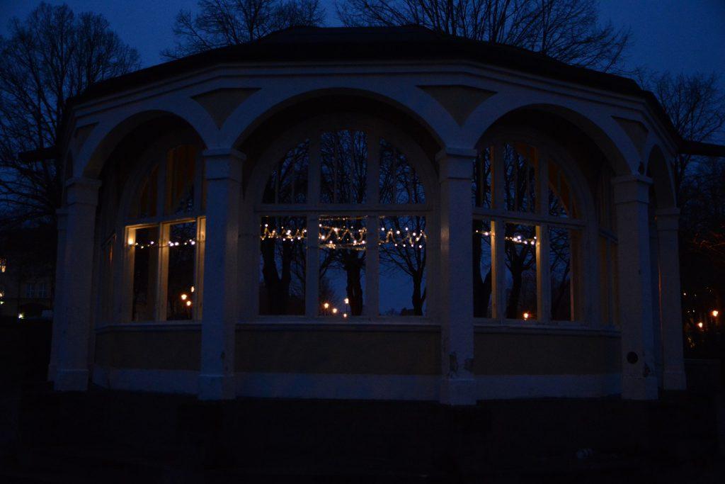 Ett hoppets ljus har tänts i musikpaviljongen inför julen. Foto: Berit önell