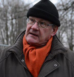 M-politikern Douglas Roth, som begärt resning och inhibition i kammarrätten, var inte med och bildade kedja för att stoppa flytten av paviljongen, men följde händelseutvecklingen på plats.