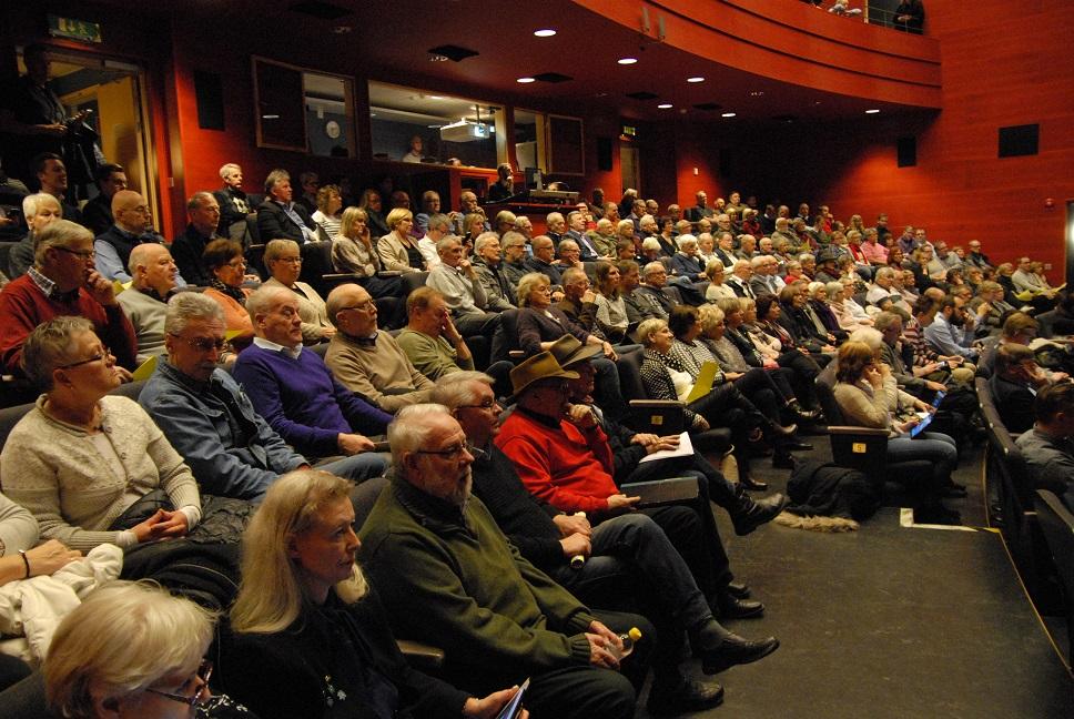 Röda salongen i kulturhuset var fullsatt vid kommunfullmäktiges extra sammanträde på måndagskvällen. Foto: Urban Önell