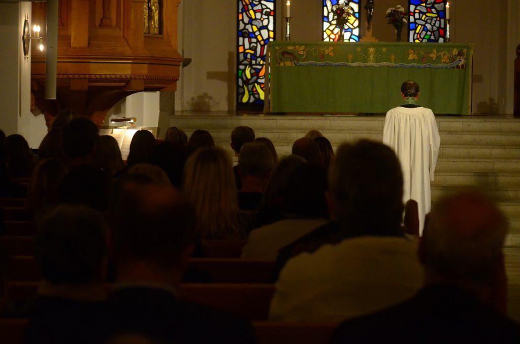 Fullmäktigeledamöterna var inbjudna till gudstjänst i kyrkan före måndagens sammanträde. Foto: Berit Önell