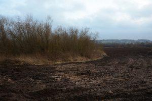 En så kallad odlingsö på åkermarken innehåller också diverse avfall.
