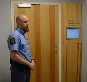 Dörren till rättssalen är stängd för allmänhet och medier.