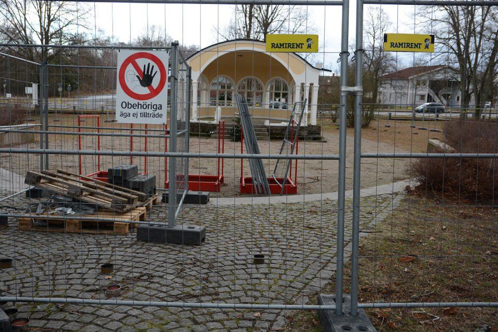Det var olagligt att stängsla in paviljongen eftersom det inte fanns något polistillstånd. Därför tvingades Erlandssons bygg på onsdagen öppna upp stängslet i väntan på att polisen behandlar ansökan om tillstånd. Foto: Berit Önell