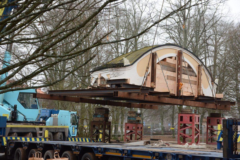 Efter tio dagars förberedelser lyfte musikpaviljongens tak på onsdagen från det stålskelett som byggts upp innan resten av paviljongen revs. Foto: Berit Önell