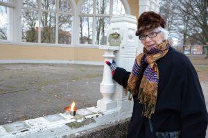 Victoria Pehrsson tände nya marschaller för paviljongen.