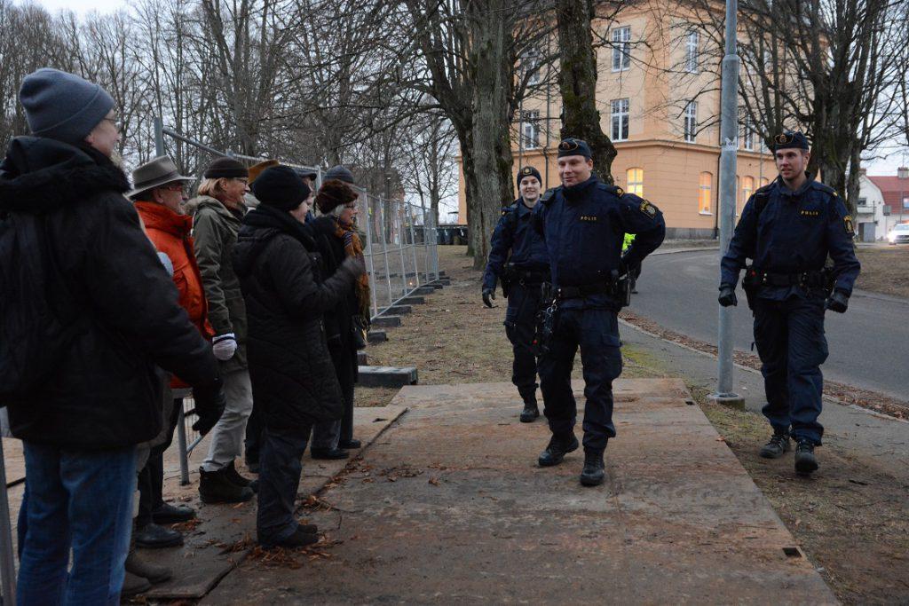 Kommunen tillkallade på tisdagsförmiddagen polis för att få bort paviljongaktivisterna. Men polisen beslöt att låta aktivisterna stanna och arbetarna vänta. Aktivisterna blir dock anmälda för egenmäktigt förfarande. Foto: Berit Önell
