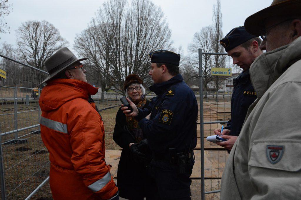 Polisen tog namn och personnummer på alla paviljongaktivisterna.