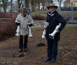Paviljongaktivisterna Leif Henningsson, till vänster, och Evert Storm fick med sig ett par ballustrar som annars skulle slängas.