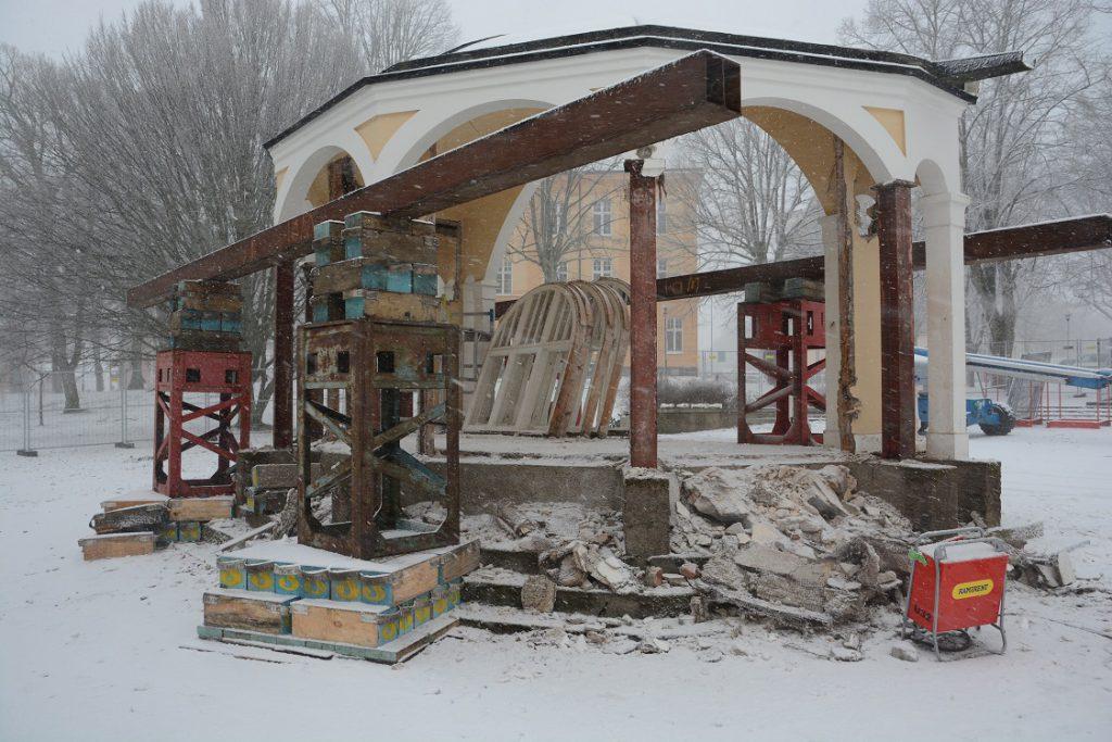 På några timmar på onsdagsförmiddagen förvandlades paviljongen till oigenkännlighet.