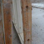 Fönsterbågarna är märkta med texten Hessleholm. Kanske är de lika gamla som paviljongen, det vill säga drygt 100 år.
