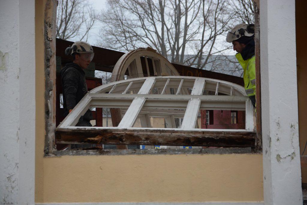 Ted Sandberg, till vänster, och Johan Svensson lyfter ut ett av fönstren som ska bevaras.