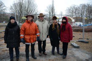 Paviljongaktivisterna konstaterade att striden var över och släppte in byggföretagens personal till arbetsplatsen, från vänster Rosita Forsberg, Evert Storm, Leif Henningsson, Victoria Pehrsson och Gunvor Engkvist.