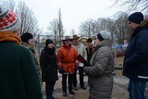 Paviljongvännerna fick svara på frågor om paviljongen från en grupp elever på Lärvux.