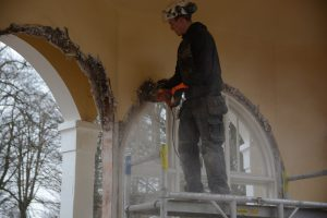 Ted Sandberg från Eslövs Betonghåltagning sågar loss fönsterbågarna i paviljongen.