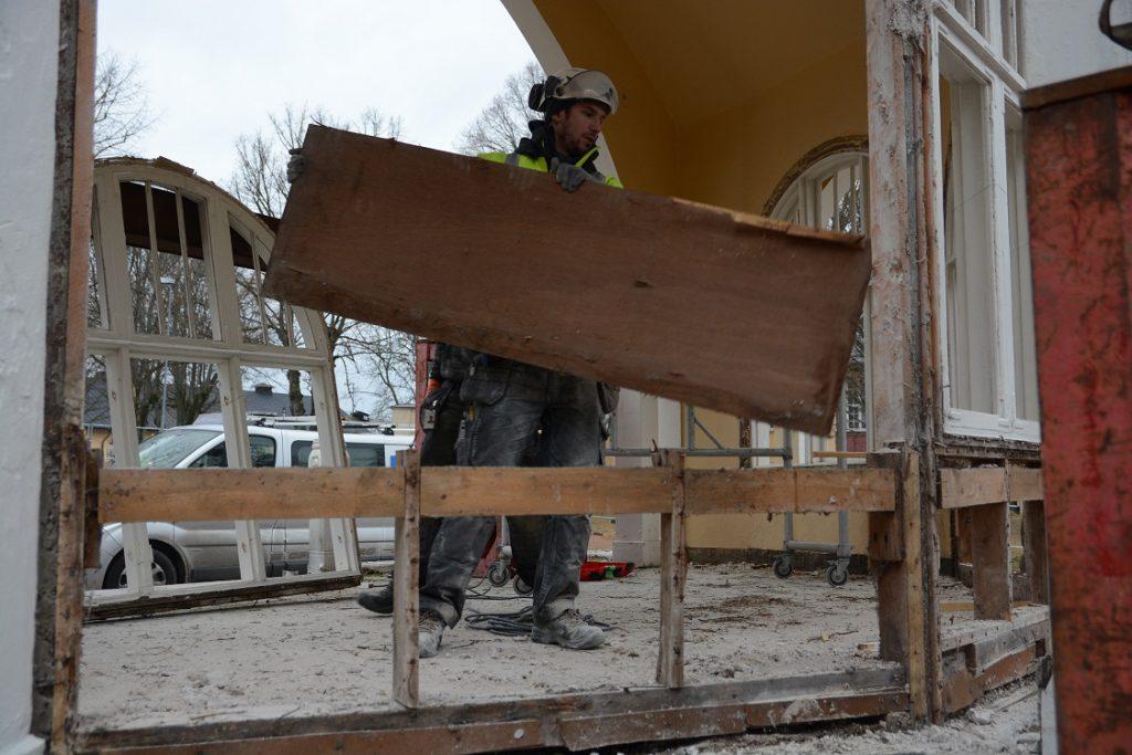 Paviljongens fönstervägg revs och fönstren lyftes ut av Eslövs Betonghåltagning, här Johan Svensson. Foto: Berit Önell