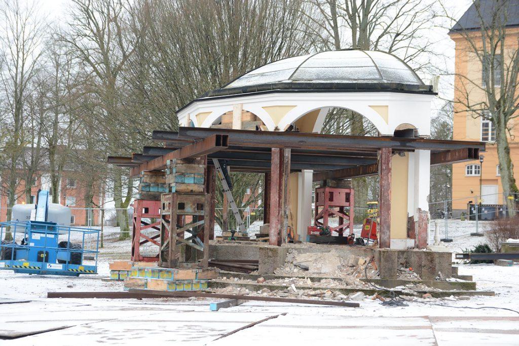 Stålskelettet ska göra det möjligt att lyfta av taket på paviljongen. Foto: Berit Önell