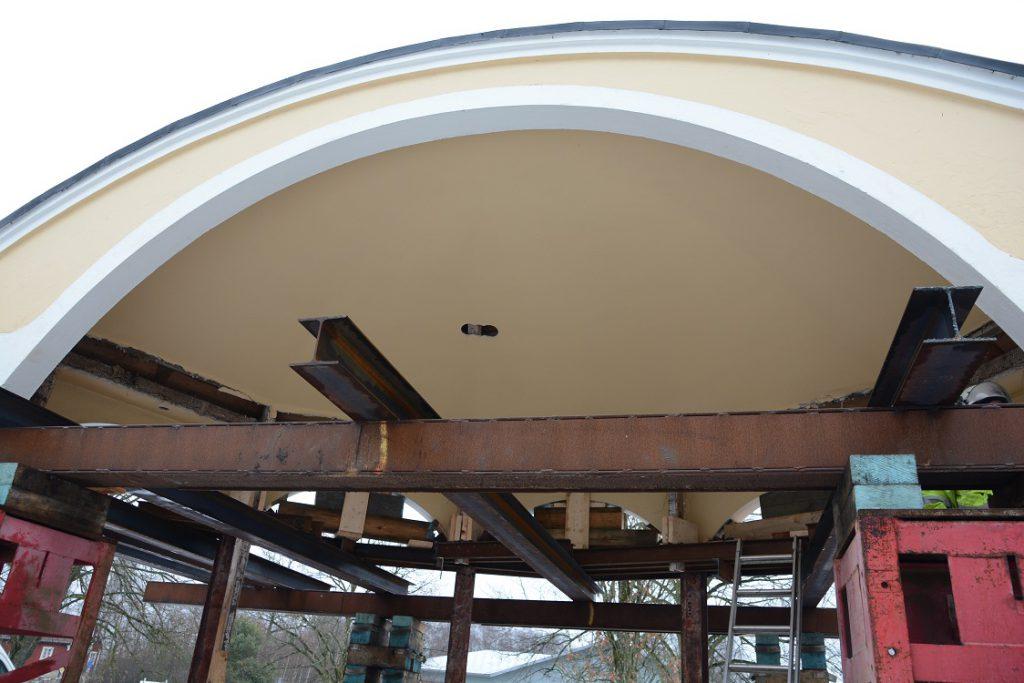 Det stora valvet på framsidan ska förberedas på samma sätt inför taklyftet.