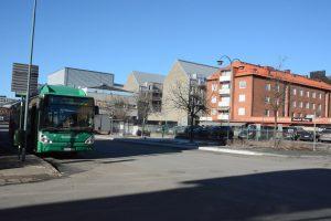 Stadsbussarnas hållplats är vid Fisktorget under hela centrumombyggnaden, vilket lett till klagomål från resenärer som fått längre väg att gå från stationen och riskerar att missa bussen. Foto: Berit Önell