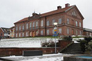 Hässleholms tingsrätt friade på fredagen den nu 18-årige pojke som åtalats för mordet på en hemlös man på resecentrum i Hässleholm. Han dömdes dock för olaga hot och ringa narkotikabrott. Foto: Berit Önell