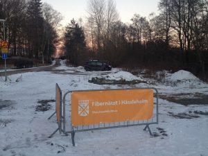 I början på veckan kom kommunens fiberskylt upp i Hörja, det första synliga tecknet på att fiberutbyggnaden är på gång i området. Foto: Emil Önell