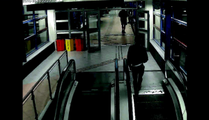Resecentrums övervakningskamera visar en person som liknar den misstänkte 17-åringen åka uppför rulltrappan från rotundan mot gångbron strax före mordet.