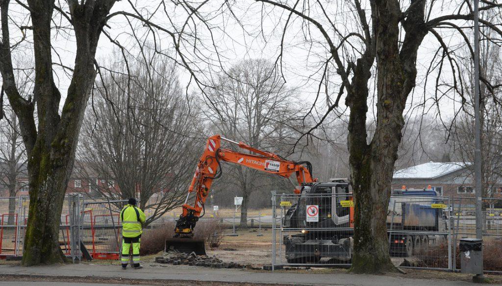 Stensättningen vid musikpaviljongen grävdes bort i slutet på den gångna veckan. Inom kort ska kommunen lämna över fastigheten till K-fastigheter som kan sätta igång sitt bygge. Foto: Berit Önell