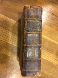 Priset för den gamla boken låg tidigt på fredagskvällen på drygt 1 000 kronor. Auktionen avslutas på söndag kväll.