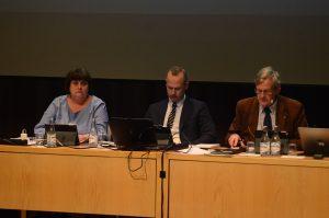 Kommunfullmäktiges nya presidium ledde för första gången sammanträdet, från höger ordförande Douglas Roth (M), förste vice ordförande Patrik Jönsson (SD) och andre vice ordförande Irene NIlsson (S). Foto: Berit Önell