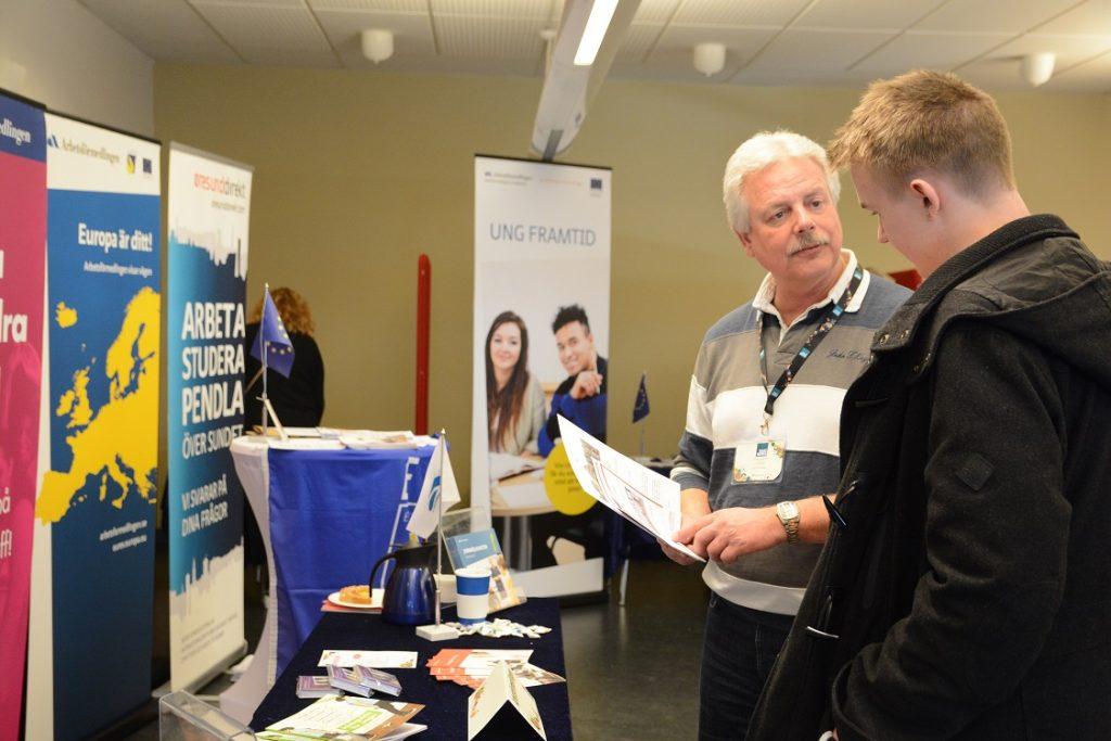 Alexander Johansson var en av besökarna som fick information av Arbetsförmedlingens Bo Renehed. Foto: Berit Önell