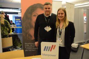 Sandra Karlsson och Thomas Landerberg berättar om Manpowers rekryteringsbehov. I bakgrunden informerar Försvarsmakten.