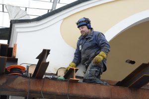 Magnus Åkesson arbetar med att montera ned bit för bit av stålkonstruktionen och svetsa fast paviljongens tak i pelarna.
