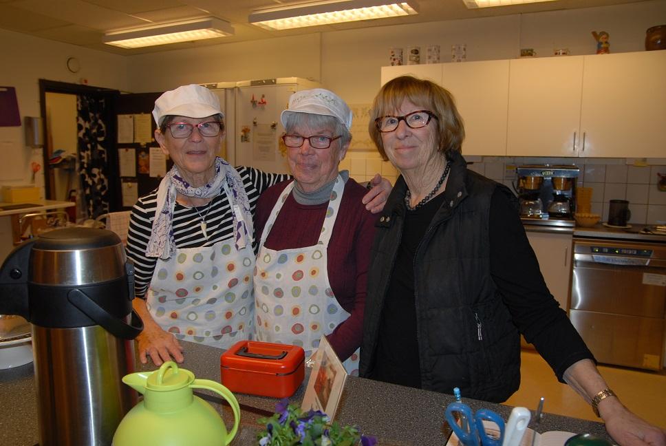 Lisen Ekdahl, verksamhetsansvarig, tillsammans med några av alla de volontärer som sköter serveringen på Senioren.