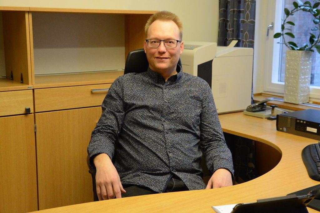 Sverigedemokraten Ulf Erlandsson är på gott humör när han installerar sig som kommunalråd i stadshuset i Hässleholm. Men många har synpunkter på att andra partier gav sitt stöd. Foto: Berit Önell