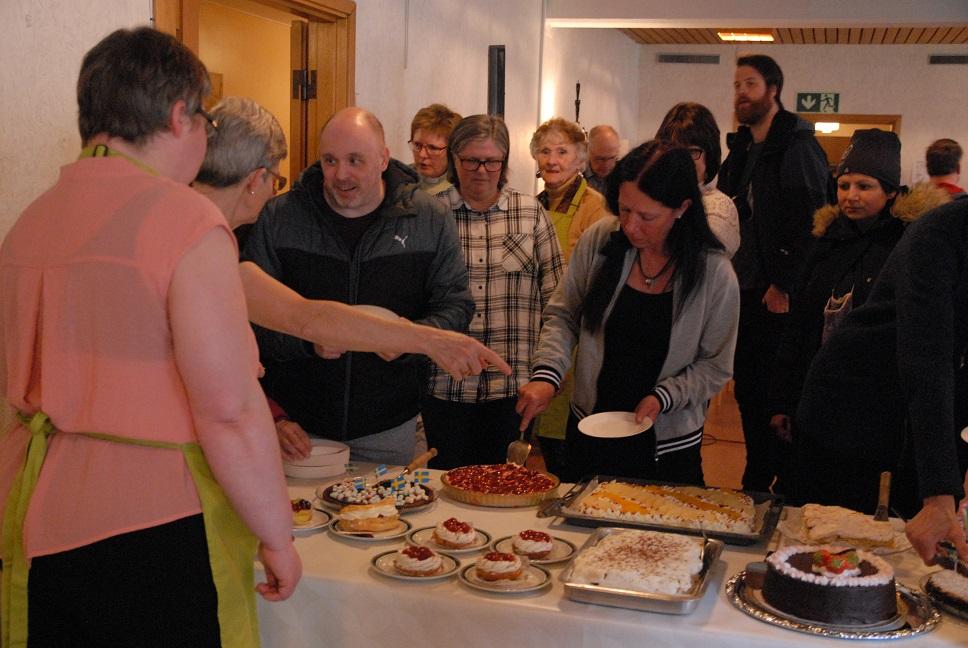 Lars, Bengt, Nils och Kim låter sig väl smaka av de tårtor som servades vid invigningen.
